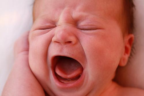新生儿睡眠不安、哭闹的原因
