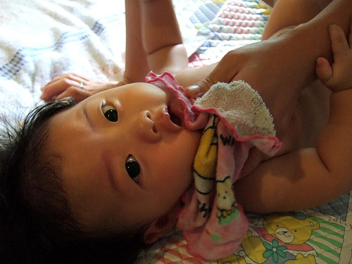 父母该如何为新生宝宝清洁五官