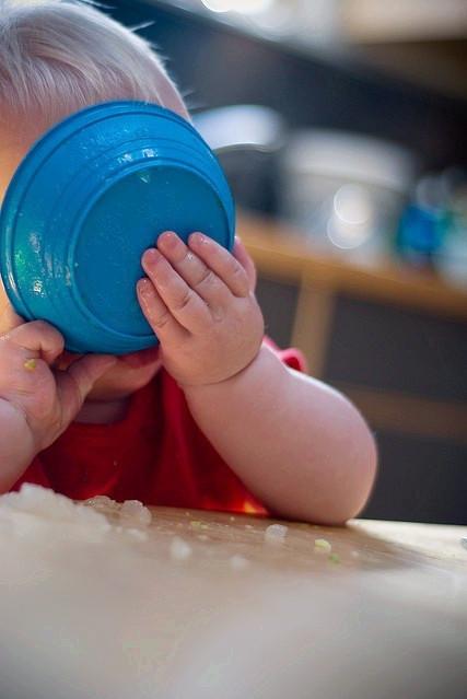 10个月的宝宝可以自己吃饭吗